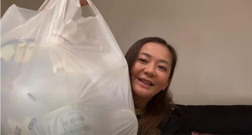 華原朋美が夜にコンビニの食べ物で美味しそうな物を大量に買ってきた画像