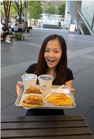 華原朋美が自身のYouTube動画でビッグハンバーガーを食レポしている画像