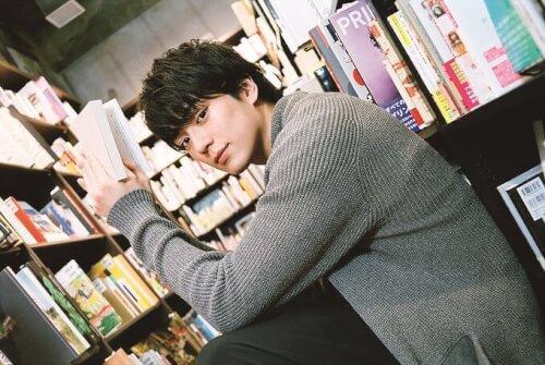 新田真剣佑が本を読んでいる様子の写真画像