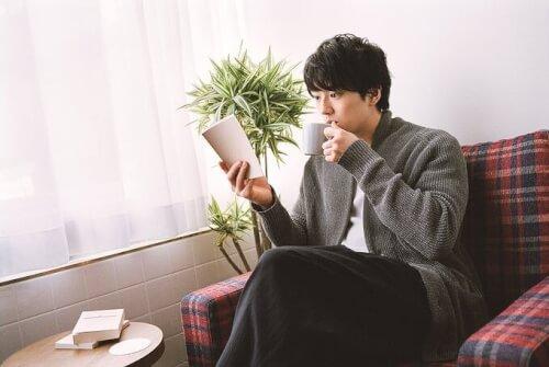 新田真剣佑が本を読みながら飲み物を読んでいる写真画像