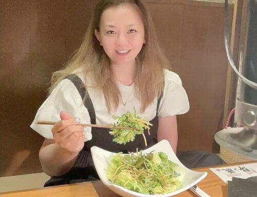 華原朋美がサラダを食べている画像