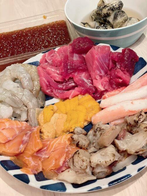 華原朋美が海鮮を皿に盛って紹介している画像