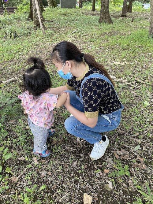 華原朋美が息子と一緒に遊んでいる写真の画像