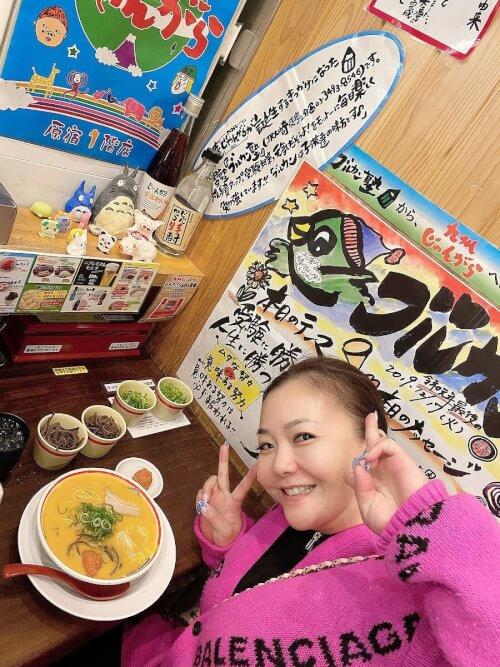 華原朋美がラーメンを食べている写真画像