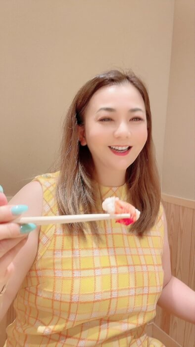 華原朋美がカニを食べている写真画像