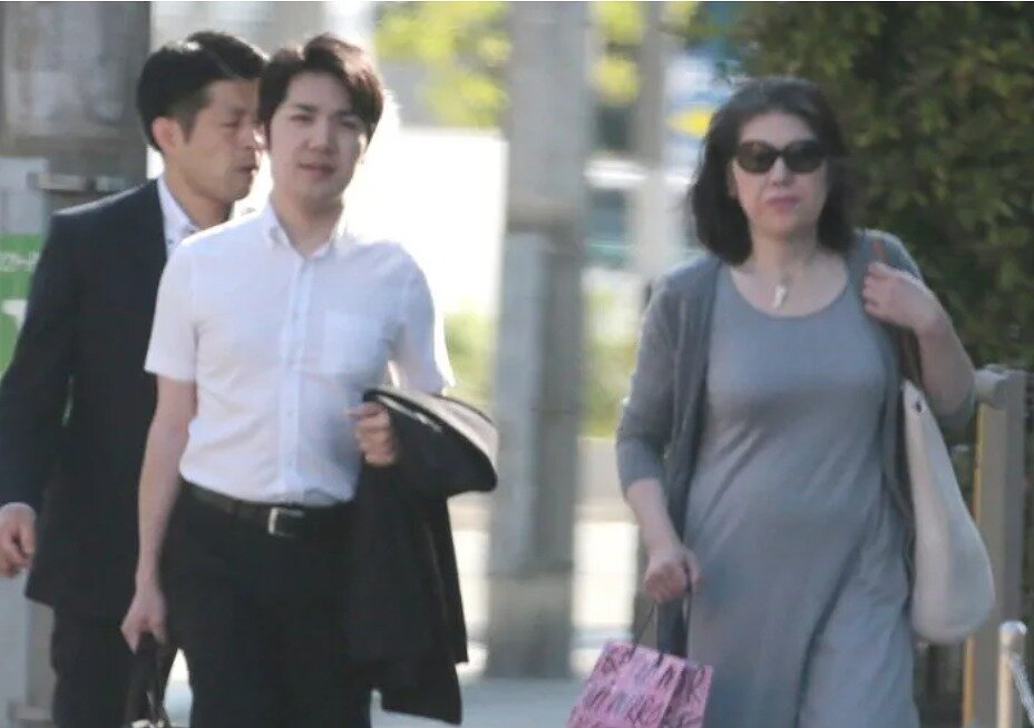小室圭さんと母・佳代さんが並んで歩いている画像