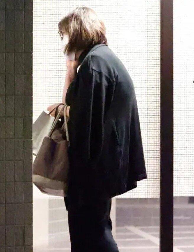小室佳代さんがアパートのエントランスに立っている画像