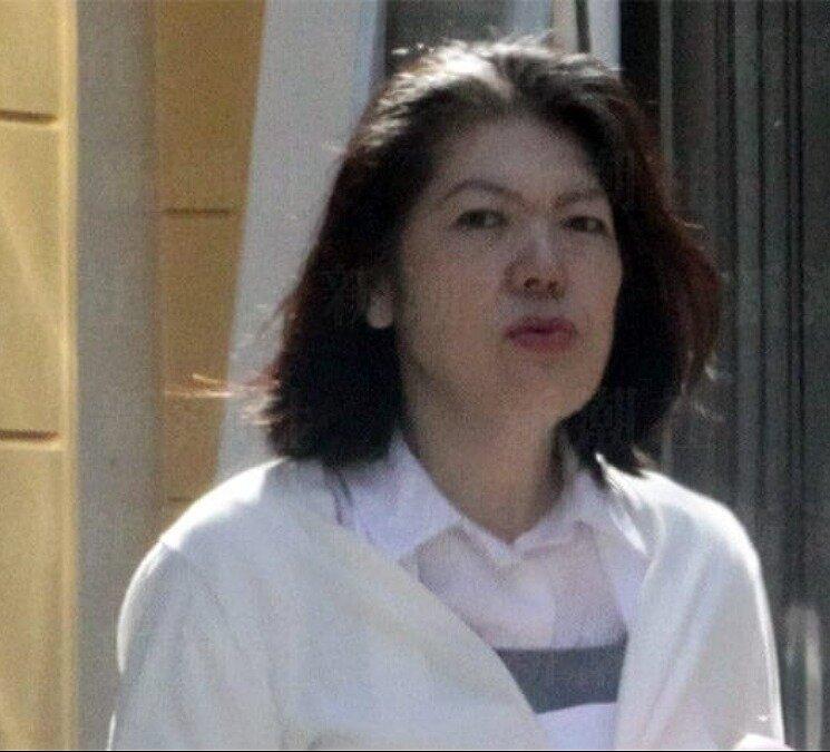 小室佳代さんが歩いている画像
