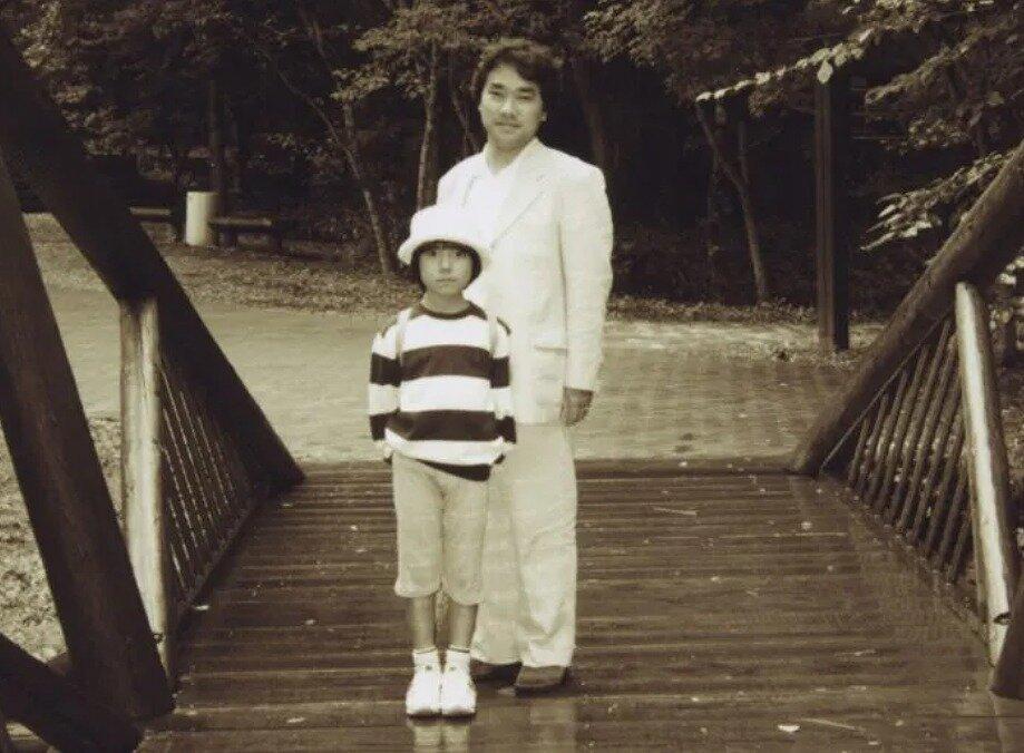 幼い小室圭さんと父親・敏勝さんが並んだ写真