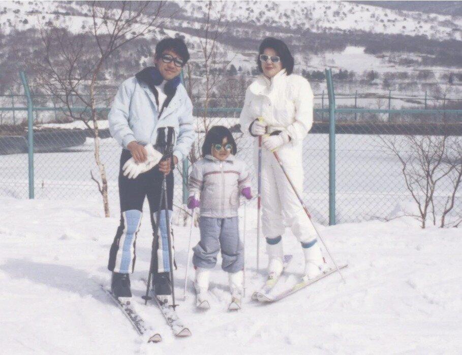 小室佳代さんの家族がスキーをしている画像