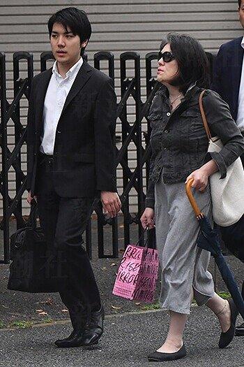 小室佳代さんが息子・圭さんと一緒に歩いている画像