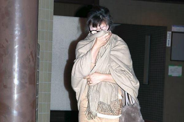 小室佳代さんがストールを顔まで巻いて隠している画像