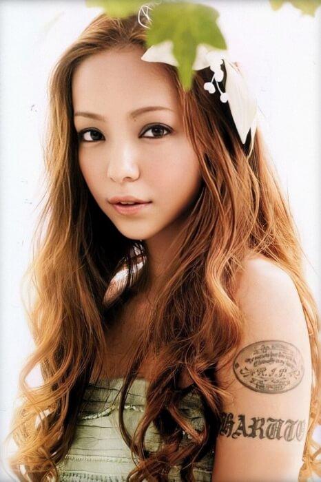 安室奈美恵さんのタトゥーが写っている画像