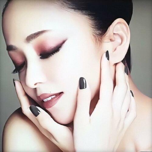 安室奈美恵さんの顔がアップになって写っている画像