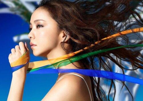安室奈美恵さんがカラーテープを持っている横向きの画像