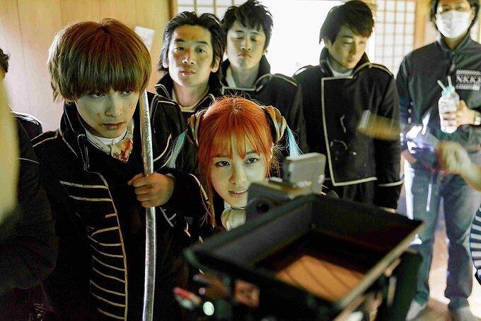 橋本環奈と吉沢亮が一緒にカメラチェックをしている画像