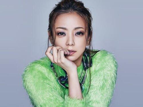 安室奈美恵さんがグリーンのニットを着ている画像