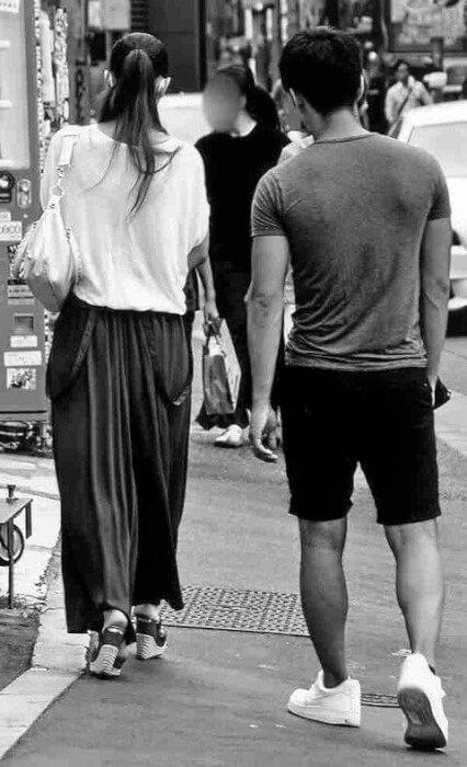 安室奈美恵と息子・温大が一緒に歩いている後ろ姿の画像