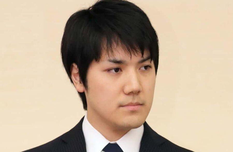 小室圭さんが婚約会見をしている画像