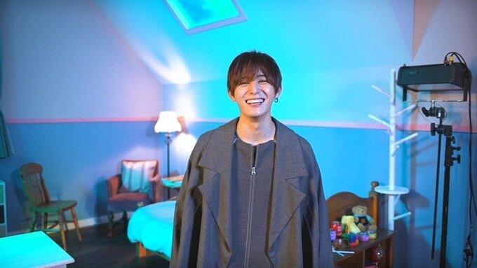 山田涼介がカメラに向かって笑っている画像