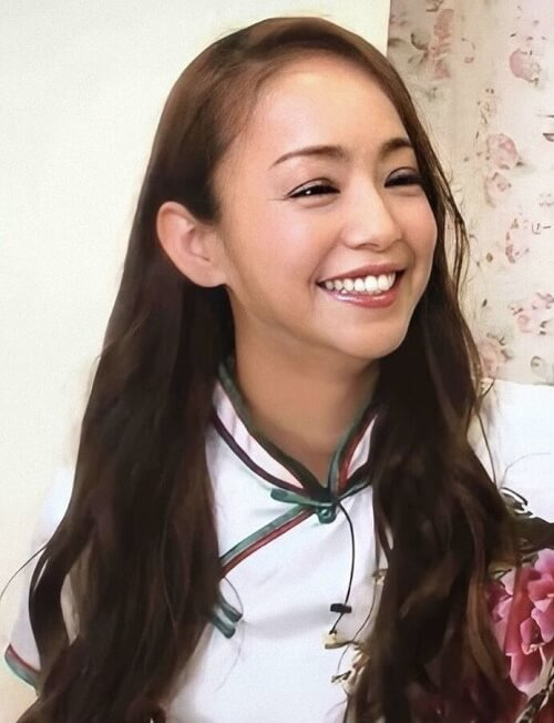 安室奈美恵が会談時に笑っている画像