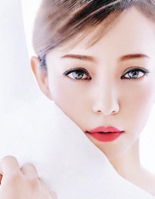 安室奈美恵の顔がアップになった写真画像
