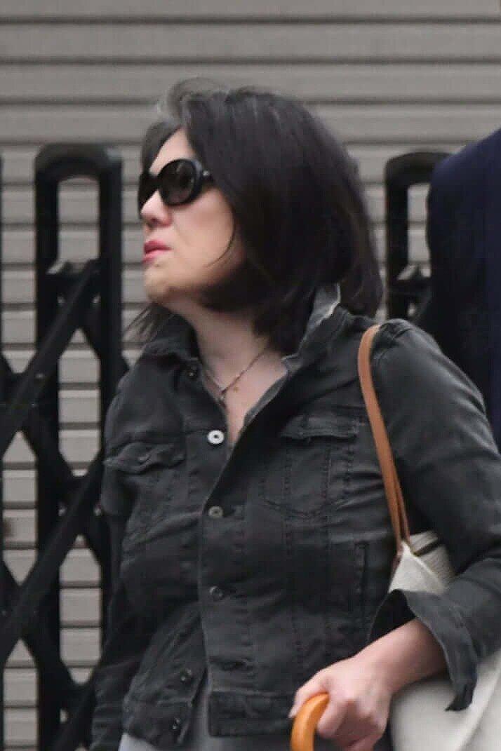 小室佳代さんが黒いシャツを着て、サングランスをかけて歩いている画像