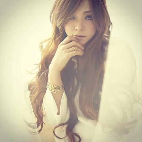 安室奈美恵が座ってポージングしている顔像