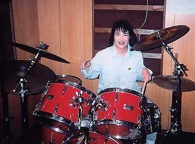 若い子頃の高市早苗がドラムを叩いている画像
