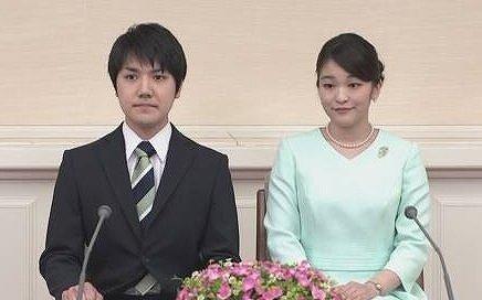 小室圭さんと眞子さまが婚約会見をしている画像