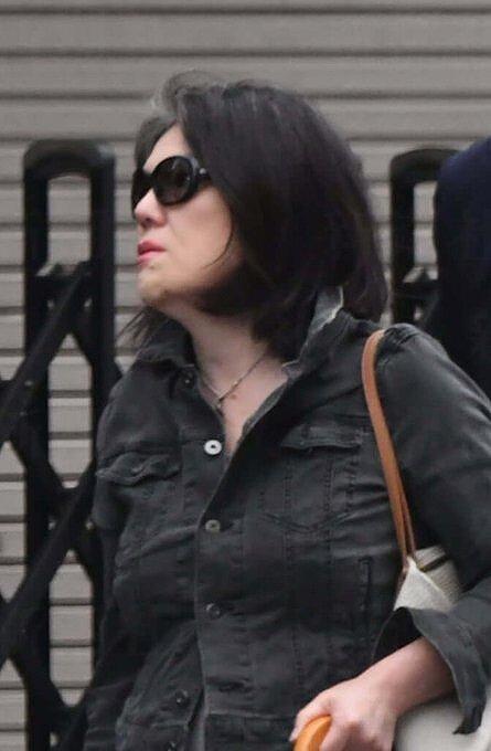 小室佳代さんがサングラスをして歩いている画像