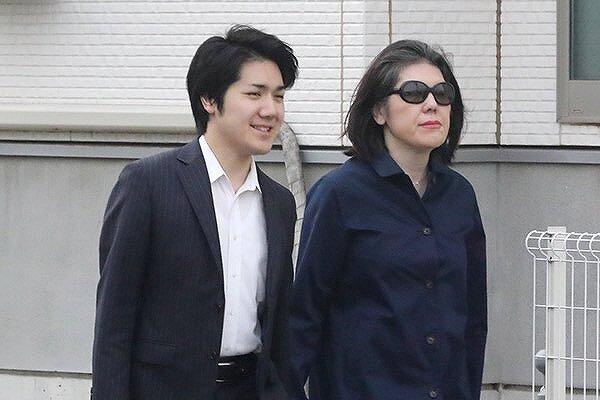 小室佳代さんと息子・圭さんが並んで歩いている画像