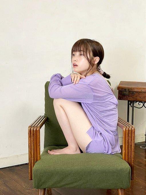 橋本環奈が椅子に座って遠くを見ている画像