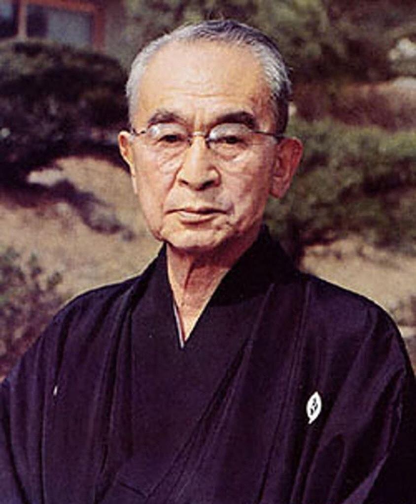 2代目・伊藤忠兵衛が袴を着ている画像