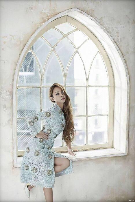 安室奈美恵さんが窓辺でポージングしている画像