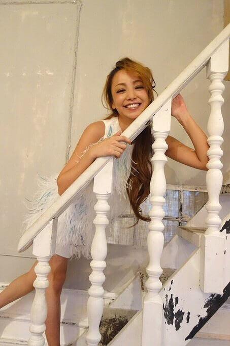 安室奈美恵さんが階段でポージングしている画像