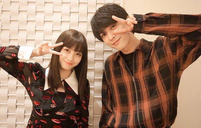 橋本環奈と吉沢亮がピースをしている画像