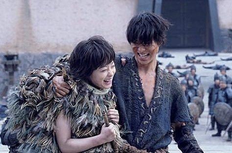 橋本環奈と山﨑賢人が映画撮影中の合間に笑っている画像