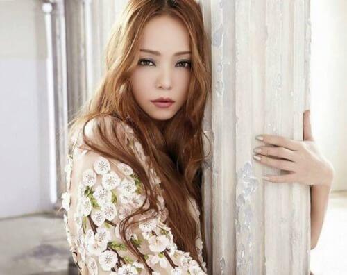 安室奈美恵さんが柱でポージングしている画像
