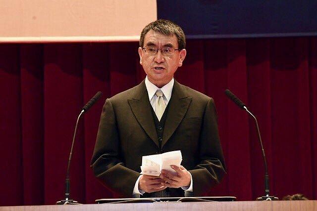 河野太郎さんが壇上でスピーチをしている画像