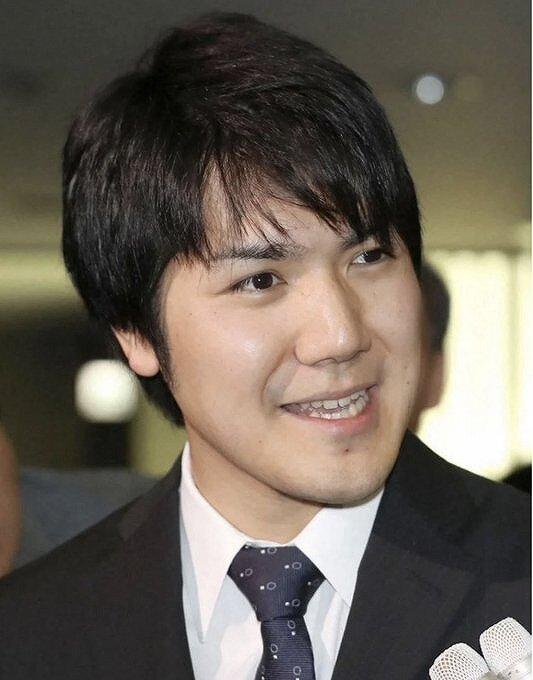 小室圭さんが記者の質問に答えている画像
