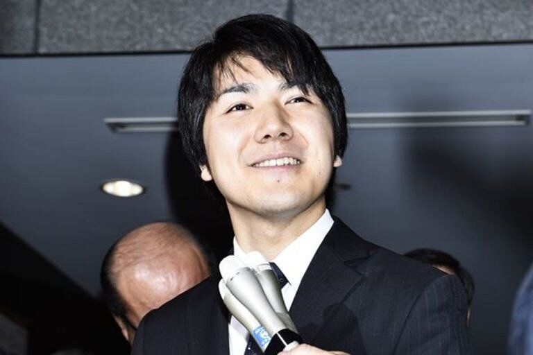小室圭さんがインタビューを受けている画像