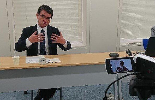 河野太郎さんがリモートで話している画像