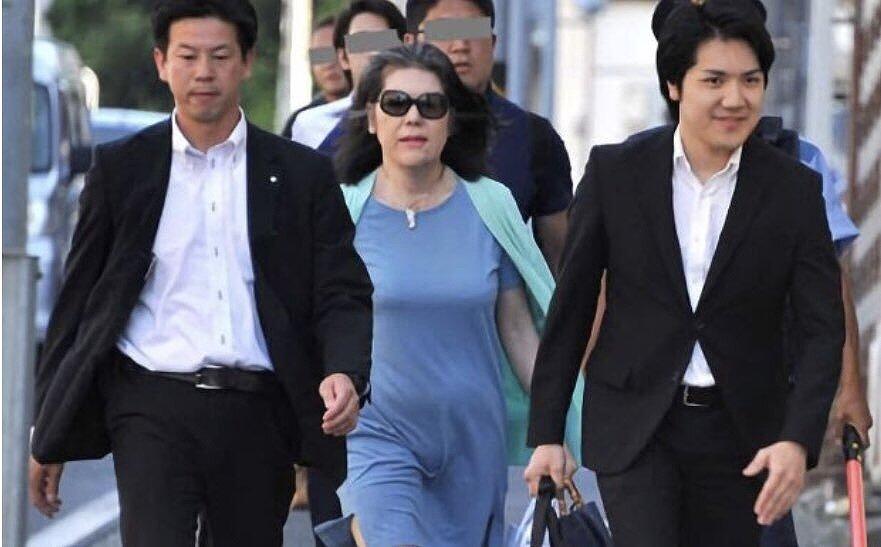 小室圭さんと母・佳代さんが警備を付けて歩いている画像