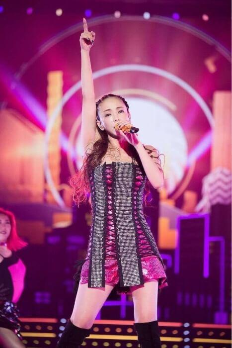 安室奈美恵がライブで歌っている画像