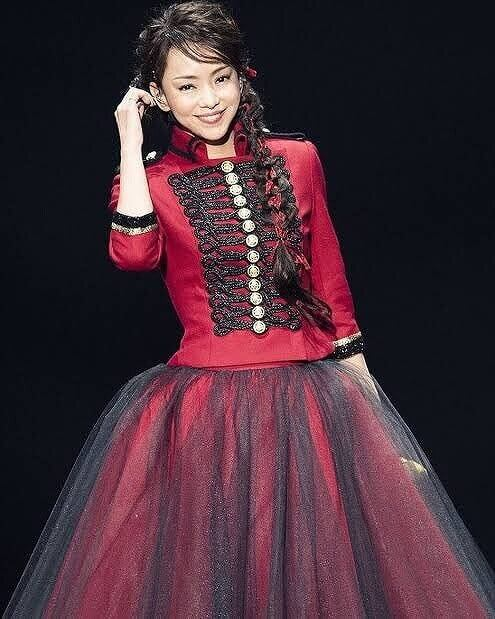 安室奈美恵がステージに立っている画像