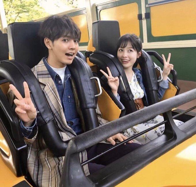 橋本環奈と片寄凉太がジェットコースターに乗っている画像