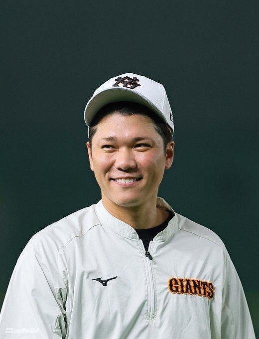 坂本勇人がユニフォーム姿で笑っている画像