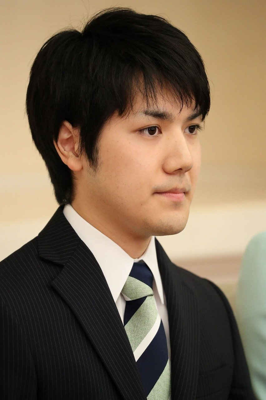 小室圭さんが記者のインタビューに答えている画像