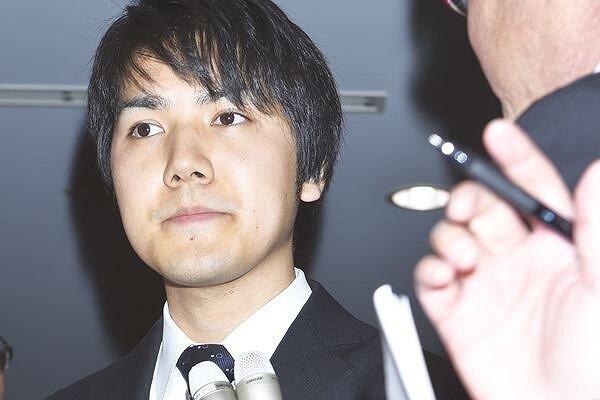 小室圭さんが記者の質問にあっている画像